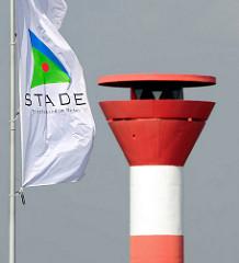 Flagge mit Logo von Stade - Motto Frischer Wind im Norden - Leuchtturm.