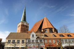 Wohngebäude und dahinter die St. Marien Kirche in Uelzen - Dreischiffige, gotische Hallenkirche, 1292 geweiht / Kirchturm von 1400.