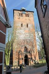 Kirchturm der gotischen Kirche St. Wilhadi - der Turm stammt aus dem 13. Jahrhundert.
