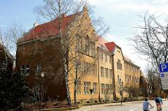 Gebäude der Theodor Heuss Realschule Uelzen - Gründerzeitgebäude mit ockergelben Fassade.