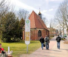 Rückansicht der Gertrudenkapelle in Uelzen - 1513 am Gudestor errichtet; Architekt Hans Holsteke. Bushaltestelle Hammersteinplatz - Passanten.