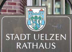 Wappen der Stadt Uelzen, Rathaus - Schild vor dem Rathaus der Stadt.