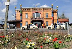 Historischer Bahnhof Uelzen - 1855 im Tudorstil errichtet; Umgestaltung des Gebäudes als Expo-Projekt nach den Plänen des österreichischen Künstlers Friedensreich Hundertwasser.