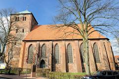 Kirche St. Wihadi in Stade - Seitenansicht der Kirchenarchitketur - die dreischiffige gotische Hallenkirche St. Wilhadi stammt aus dem 14. Jahrhundert, der Westturm hat seine Ursprünge im 13. Jahrhundert.