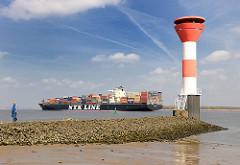 Leuchtfeuer am Stadersand - das Containerschiff NYK ORION mit Containern hoch beladen in Fahrt auf der Elbe Richtung Nordsee.