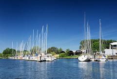 Sportboothafen am Butendiek an der Schwinge bei Stade - Segelboote am Steg; blauer Himmel - weisse Boote.