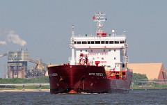 Tankschiff DITTE THERESA auf der Elbe vor Stade - Bützfleth; im Hintergrund Industrieanlagen / Hafenanlagen.