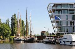Historische Lastschiffe / Ewer und Sportboote am Kai des Stader Hafens.