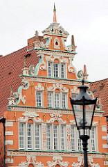 Giebel eines historischen Gebäudes am Hansehafen in Stade - Strassenlaterne.
