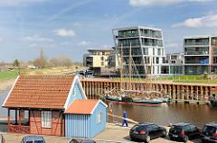 Blick über den Hafen Stades - moderne Wohngebäude am Hafenrand.
