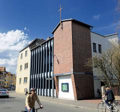 Gebäude - Kirche der Friedenskirche der Evangelisch-Freikirchlichen Gemeinde Uelzen - FahrradfahrerInnen.