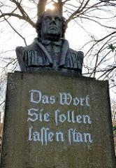 Bronzebüste Martin Luthers in Uelzen - Inschrift, Das Wort Sie sollen lassen stan.