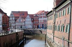 Blick in den Hansehafen - historische Architektur in Stade; rechts der Schwedenspeicher - barockes Backsteingebäude aus der zweiten Hälfte des 17. Jahrhundert - das historische Gebäude wird seit 1977 als Regionalmuseum genutzt.