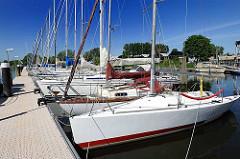 Sportboothafen am Ufer der Schwinge - Segelboote am Steg.