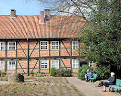Innenhof mit Bänken in  Sonne - Fachwerkarchitektur des Johannisklosters in Stade.