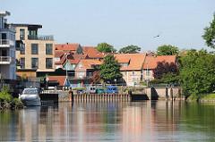 Neubauten am Ufer der Schwinge und Hafen - historische Häuser der Stadt Stade.