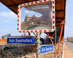 Industrieanlagen Hafen Bützfleth / Stade - Strasse Am Seehafen; Verkehrsspiegel - Verzerrung.