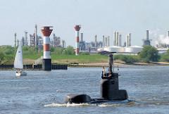 Blick über die Elbe auf Industrieanlagen im Bützflether Hafen - Leuchtfeuer, Oberfeuer - Unterfeuer; Unterseeboot S192 in Fahrt auf der Elbe.