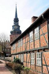 Fachwerkgebäude des Johanniskloster / Franziskanerkloster in Stade - Kirchturm der St. Cosmae Kirche.