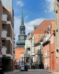 Fussgängerzone in Stade - historische und moderne Architektur - Kirchturm der