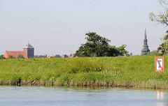 Ufer der Schwinge - Schild Ankern verboten - Kirchen der Stadt, lks. St. Wilhadi - re. St. Cosmae.