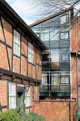 Fachwerkarchitektur und moderne Architektur mit Glasfassade - Architekturfotos aus Stade.