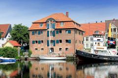 Historischer Speicher im Glückstädter Binnenhafen - re. der alte Schlepper FLENSBURG, der 1954 in  Wilhelmshaven vom Stapel lief.
