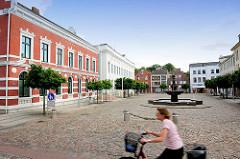 Marktplatz von Bad Oldesloe, Kreis Stormarn - historische Architektur und Kopfsteinpflaster, Gänselieselbrunnen.