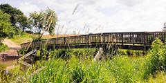 Holzbrücke über den Lauf der Trave in Bad Oldesloe, Kreis Stormarn.
