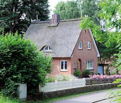 Einzelhaus / Wohnhaus - Ziegelgebäude mit Reetdach; Ortsteil Bünningstedt, Gemeinde Ammersbek.