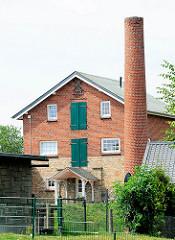 Gebäude und Schornstein der ehem. Hoisbüttler Mühle.