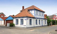 Historisches Wohngebäude mit Fachwerkgiebel - Architektur in Glückstadt / Unterelbe.