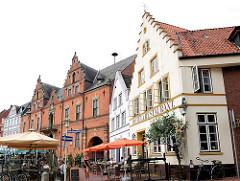 Marktplatz von Glückstadt an der Unterelbe - Metropolregion Hamburg. Lks. das Glückstädter Rathaus, das 1874 dem von 1642 errichtetetn Vorgängerbau entsprechend neu gebaut wurde.