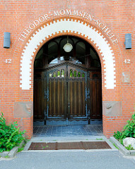 Eingang der Theodor Mommsen Schule in Bad Oldesloe; Kreisstadt Kreis Stormarn - eingeweit 1907; Entwurf Stadtbaumeister Schröder.