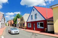 Wohngebäude mit farbiger Fassade, enge Strasse - Bilder aus Barmstedt, Kreis Pinneberg.