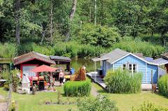 Kleingartenhäuser am Ufer der Trave in Bad Oldesloe / Kreis Stormarn - bunte Gartenlauben.