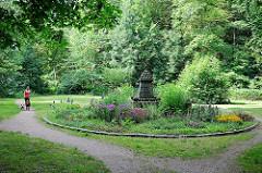 Kugeldenkmal im Stadtpark - die Anlage mit eingelassenen Kanonenkugeln erinnert an die Belagerung Glückstadts im Winter 1813 / 14.