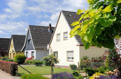 Einzelhäuser mit Vorgarten, Rasen und Hecke - Barmstedt, Kreis Pinneberg.