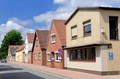 Wohngebäude, Geschäftshaus / Einzelhandel - Architekturformen mit unterschiedlicher Fassadengestaltung - Fotos aus Barmstedt, Kreis Pinneberg.