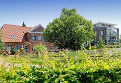 Ehem. Verwalterhaus am Marstall des Ahrensburger Schlosses - re. ein Neubau.