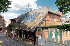 Wohngebäude - Wirtschaftsgebäude vom Küster der Kirchengemeinde Oldesloe - erbaut Anfang des 19. Jahrhunderts, eingeschossiges Fachwerktraufenhaus mit Krüppelwalmdach.