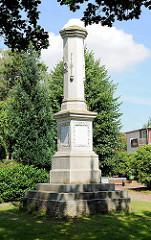 Säule / Obelisk bei der Heiligen-Geist-Kirche in Barmstedt, Kreis Pinneberg zur Erinnerung, Gedenken an den Krieg 1870 / 71.