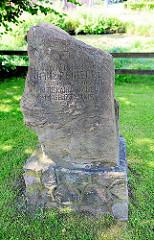 Gedenkstein auf dem Gelände des Marstalls  Ahrensburger Schloss.