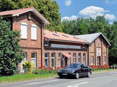 Historisches Ziegelgebäude, erbaut Anno 1838 - Wolkenweher Dorfstrasse, fahrendes Auto.