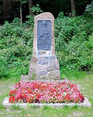 Grab - Gedenkstätte Menno Simons - Prediger des protestantischen Täufertums - 1561 in Bad Oldesloe verstorben - geistlicher Führer der nach ihm benannten Glaubensgemeinschaft der Mennoniten.
