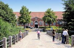 Brücke über den Schlossgraben Ahrensburger Schloss - Blick zum 1846 errichtete Marstall - jetziges Kulturzentrum.