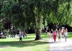 SpaziergängerInnen und SchachspielerInnen im Park an der Barmstedter Schlossinsel  am Rantzauer See-