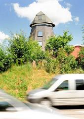 Rumpf einer Holländer Windmühle - Wolkenweher Dorfstrasse, Bad Oldesloe; Strassenverkehr, fahrende KFZ.