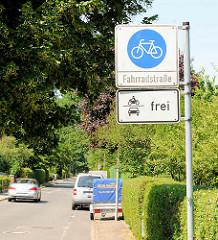 Schild Fahrradstrasse in Ahrensburg - Motorräder und KFZ frei.
