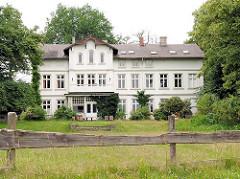 Gutshaus Ammersbek / Hoisbüttel - Gut Lindenhof; Metropolregion Hamburg. Holzzaun am Wegesrand - Wiese.